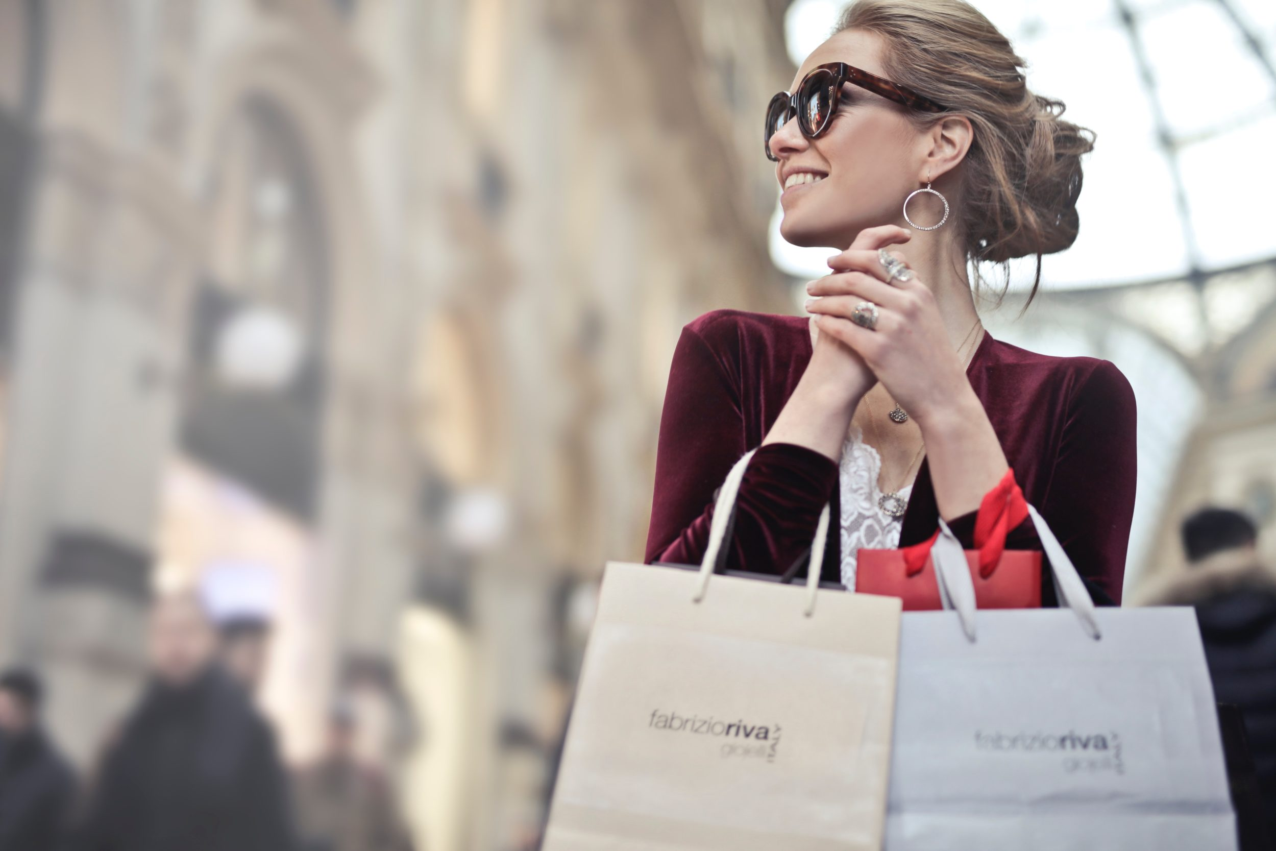 Woman-wearing-sunglasses-shopping-instagram-marketing-strategy